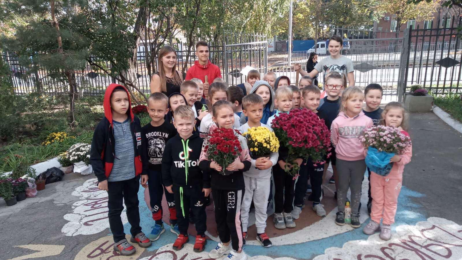 Акція «Подари школі хризантему»